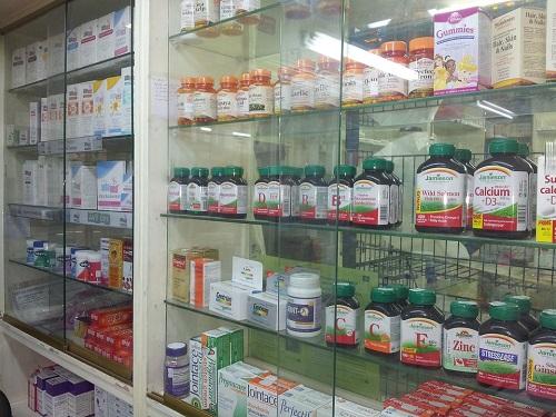szeroki wybór ziół z półek sklepu